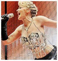 Kylie, Gaultier destekli esti!