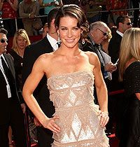Emmy ödüllerinde ünlüler kıyafetleriyle göz kamaştırdı