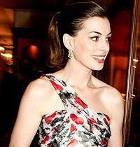 Anne Hathaway'in Tek Askılı Gece Elbisesi