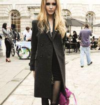 Sokak Modası : Klasik Palto, Fuşya Çanta ve Dumanlı Gözler