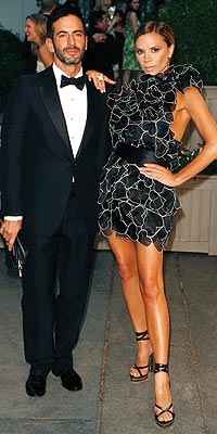 Stil İkonu Victoria Beckham Mini Elbisesi ile