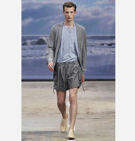Veronique Branquinho gri erkek şortu, gri bir hırka ve de bej ayakkabılarla kombinleyerek romantik ve sofistike bir hava yaratmış