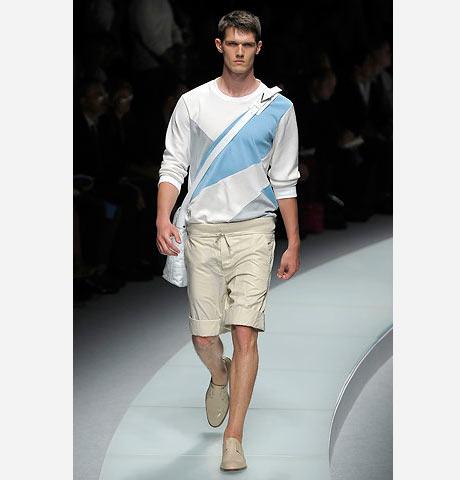 Versace bej renk şortu mavi beyaz renkte triko ile kombinlemiş
