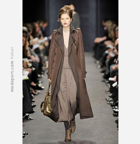 Derek Lam'den kahverengi deri uzun mont ile kombinlenmiş uzun elbise