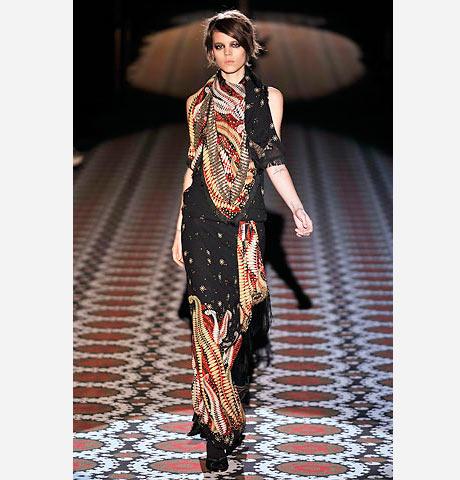 Gucci'den şal desenli elbise