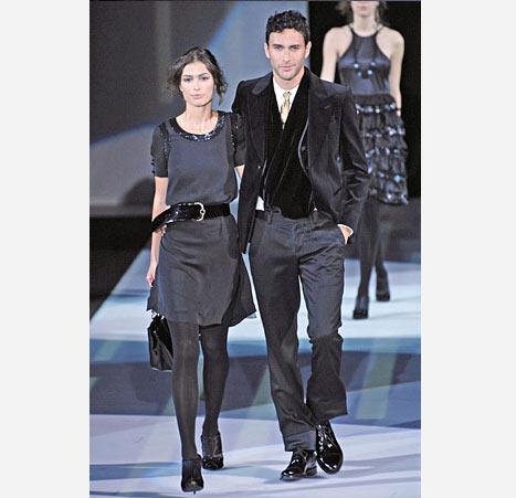 Emporio Armani'nin bu füme renkteki takım elbisesi geceler için ideal