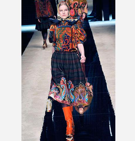 Dolce&Gabbana bu elbisede renk cümbüşü yaratmış