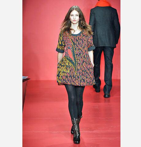 DKNY tüm iddiasıyla şal desenli bu kısa elbiseyi tasarlamış