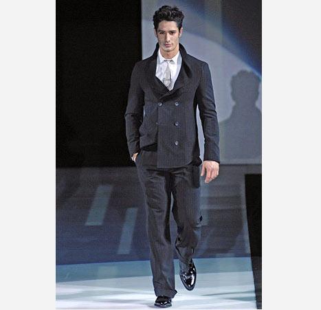 Siyah renk yandan düğmeli erkek takım elbise