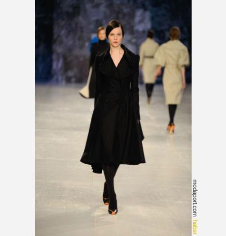 Aquascutum siyah renk bayan palto, sade ama bir o kadar da zarif