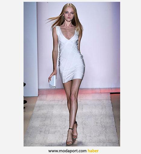 V yaka göğüs dekolteli beyaz elbise