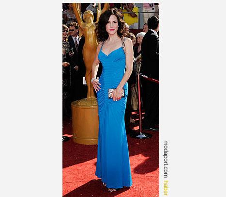 Mary Louise Parker, turkuaz rengi Roberto Cavalli gece elbisesi ve Daniel Swarovski el çantasıyla
