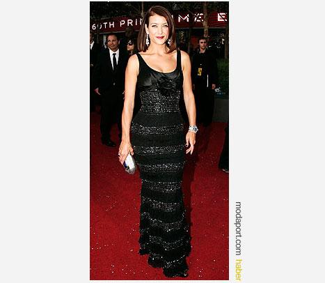 Private Practice yıldızı Kate Walsh, Zuhair Murad siyah dar elbise ve Jimmy Choo el çantasıyla