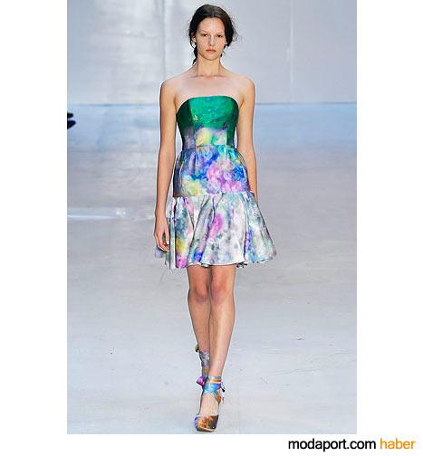 Erdem'in koleksiyonunda sık sık batik saten kullanmış. Bu straplez elbisede olduğu gibi