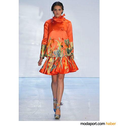 Canlı çiçek desenli turuncu döpiyes