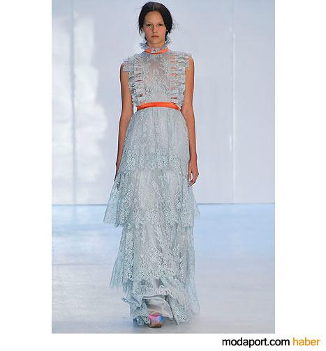 Turuncu kurdelesiyle nefis bir dantelli uzun elbise