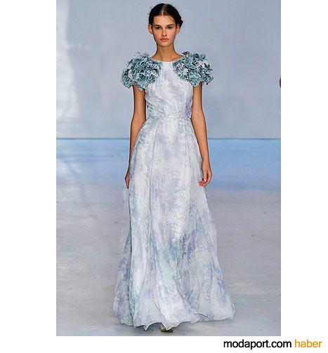 Bir başka Erdem buluşu: Omuzu fırfırlı batik desenli gece elbisesi