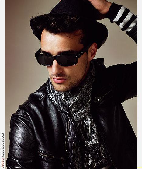 Mango HE'den sokak stili: Deri ceket ve desenli ince atkı