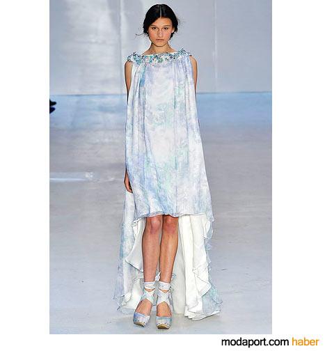 Erdem'den sıradışı mavi pelerinli elbise