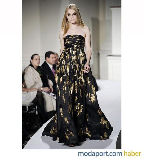 Oscar de la Renta'dan altın baskılı siyah straplez abiye elbise
