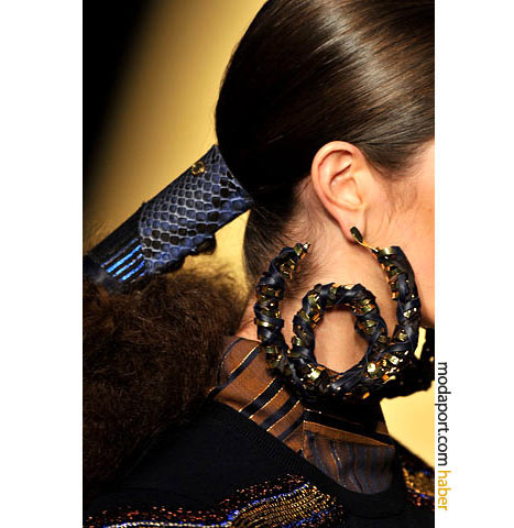 Louis Vuitton'dan kıvrılan altın halka küpe, bu sezonun şimdilik en büyük modeli