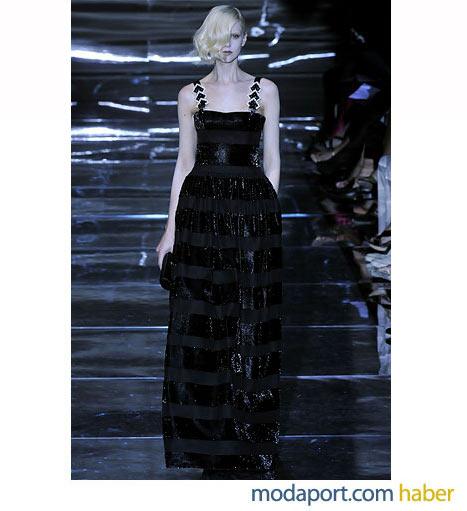 Armani Prive'nin bu siyah abiye modelinde, yatay simli çizgiler ve metal detaylı askılar kullanılmış