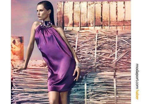 Sezonun modası mor satenden boyundan bağlı bir gece elbisesi, şık bir yılbaşı alternatifi