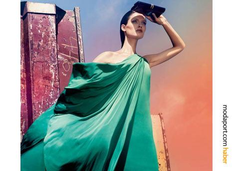 Bebe'nin yeşil tek omuzlu bu gece elbisesi modeli, formuyla hem yetmişlerden hem antik dönemlerden bir hava yakalamış. Bu dökümlü elbise, yılbaşı gecesi tüm dikkatleri üzerine çekmeye aday