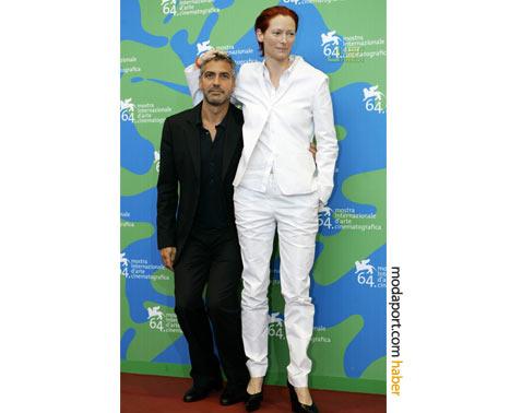 Jil Sander beyaz pantolon ceket takımı giyen Swinton'ın uzun boyu, George Clooney'le esprileşmelere neden olmuş.