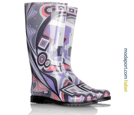 Emilio Pucci'nin bu mor tonlarındaki plastik yağmur çizmesi, modaevinin kendine özgü desenlerini taşıyor