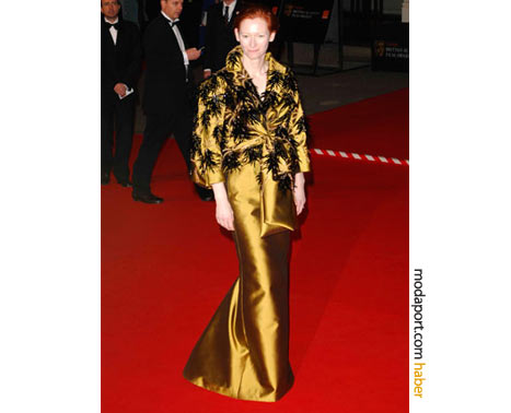 Swinton'ın giydiği sarı taftadan geyşa stili Dior Couture tuvalet, çok konuşulmuştu. 2008 BAFTA Ödülleri.