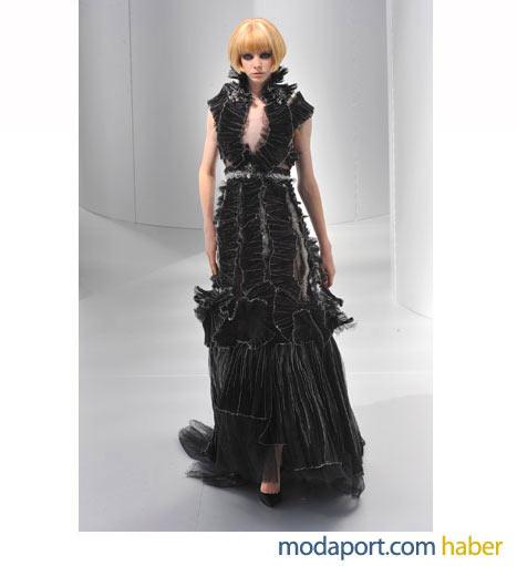 Chanel fırfırlı siyah gece elbisesinde kadife kullanılmış