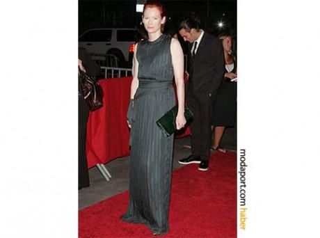 Füme rengi bir Prada kolsuz gece elbisesi giyen Tilda, Michael Clayton New York galasında