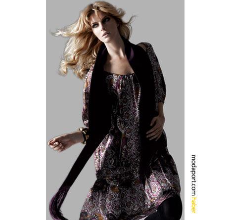 Koton'un her gün her ortamda giyebileceğiniz kısa şal desenli elbisesi, siyah çorapla nefis duruyor