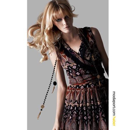 Koton'un desenli elbise modellerinden biri