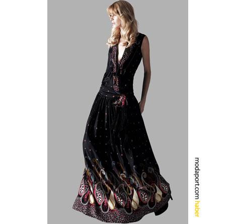 Uzun Koton elbisenin etekleri şal desenleriyle renklenmiş