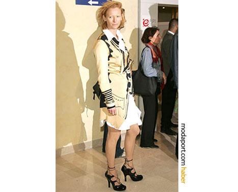 Krem rengi Vivienne Westwood hırkayla. Cannes Film Festivali 2005