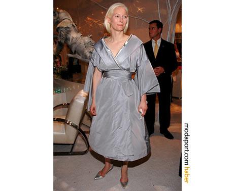 Swinton, Alexander McQueen gri kruvaze elbiseyle yine post-modern bir geyşa yorumuyla. 2005 New Yor.k