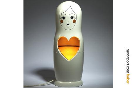 Moschino'nun ünlü kalbi, ışıkla kullanılmış