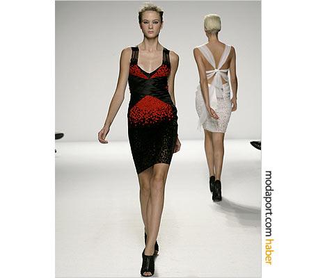 Michelle Obama'nın seçim gecesi kıyafeti, Narciso Rodriguez'in bu elbisesiydi. Transparan bölümleri kapatılan elbise, İlkbahar/Yaz 2009 koleksiyonundan.