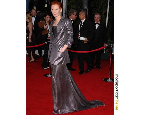 Bir başka Haider Ackermann. Metalık kurşun rengi etek ceket takımı ile 2008 SAG Ödülleri'nde