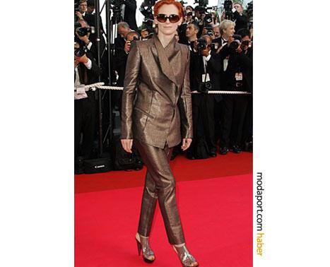 Swinton, Haider Ackermann metalik pantolon ceket takımını, nefis topuklu ayakkabılarla tamamlamış. Cannes 2008