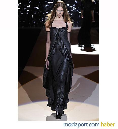 Temperley London'ın gece elbisesi modelleri arasında öne çıkan, siyah parlak saten elbise