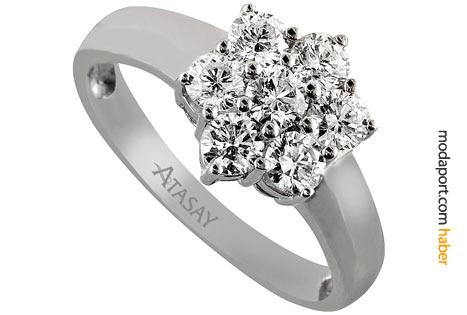 Çiçekli pırlanta takı modellerinden oluşan koleksiyonun yüzüğü