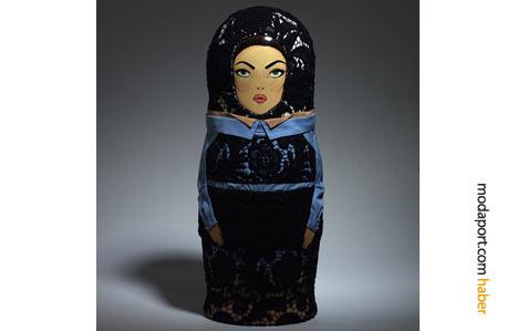 Prada, tasarımlarında bu yıl sıkça kullandığı danteli, ünlü Rus oyuncağına da giydirmekten geri durmamış