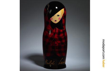 Ekose bir kıyafet giyen tipik bir Ralph Lauren kadını