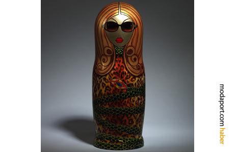 Roberto Cavalli'nin tasarımını nerede görseniz tanırsınız: egzotik desenli elbise, büyük çerveli gözlük ile buram buram dişilik kokan tam bir Cavalli kadını