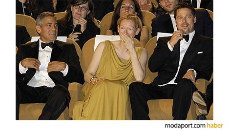 Degaje yakalı sarı elbisesiyle Swinton, George Clooney ve Brad Pitt'in arasında, 2008 Venedik Film Festivalinde