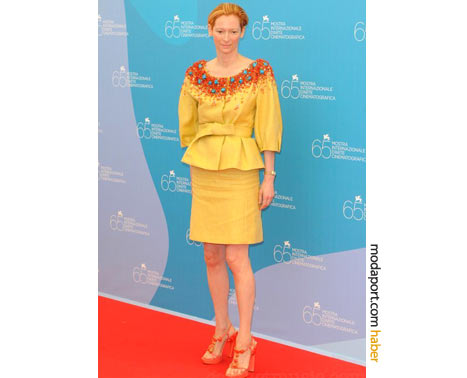 Etekleri kırışmış Dior by John Galliano döpiyes ve yüksek topuklu ayakkabılarıyla ile 2008 Venedik Film Festivali'nde..