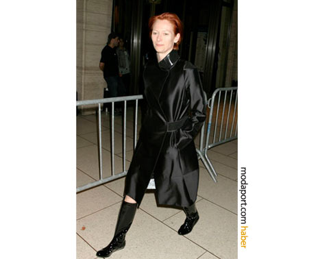 Siyah yağmur çizmeleri ve yandan bantlı paltosuyla New York Film Festivali'nde. 2007